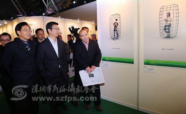 深圳市市委宣传部副部长李瑞琦,央视著名主持人白岩松参观优秀作品展